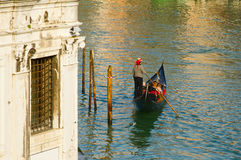 Venedig-Gondoliere auf Kanal lizenzfreies stockfoto