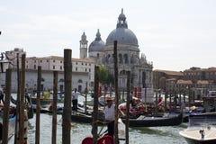 Venedig gondoljär i en traditionell venetian kanal Arkivbilder