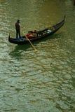 Venedig gondoljär på kanalen arkivbild