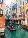 Venedig gondoljär som kör gondolen Arkivfoton