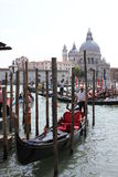 Venedig gondoljär i en traditionell venetian kanal Arkivfoto