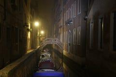 Venedig gränd på natten arkivfoton