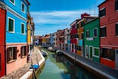 Venedig gränsmärke, Burano ökanal, färgrika hus och fartyg arkivbilder