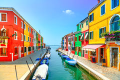 Venedig gränsmärke, Burano ökanal, färgrika hus och fartyg, arkivbild