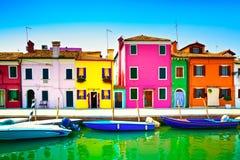 Venedig gränsmärke, Burano ökanal, färgrika hus och fartyg, Arkivbilder