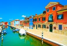 Venedig gränsmärke, Burano ökanal, färgrika hus och fartyg, Fotografering för Bildbyråer