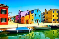 Venedig gränsmärke, Burano färgrika hus. Italien Royaltyfria Foton