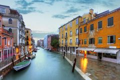 Venedig gränsmärke, kanal, färgrika hus och fartyg, Italien royaltyfri bild