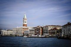 Venedig gränsmärke, piazza San Marco med campanilen italy Royaltyfria Bilder