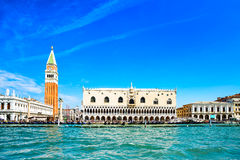 Venedig gränsmärke, piazza San Marco med campanilen och dogeslott. Italien Arkivbilder
