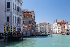 Venedig, Grand Canal, Gondelfahrt, Weg entlang den Kanälen, Marmor-fasades der palases Lizenzfreie Stockbilder