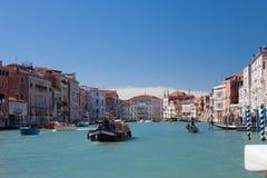 Venedig Grand Canal, gondolritt, promenerar kanalerna, marmorfasades av palasesna Arkivbilder