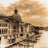 Venedig Grand Canal med den San Simeone kupolen i sepiasignal Royaltyfria Bilder