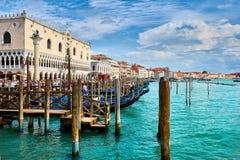 Venedig - Grand Canal och basilika Santa Maria della Salute Arkivbilder