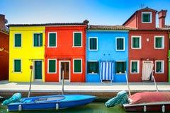Venedig gränsmärke, Burano ökanal, färgrika hus och fartyg, Italien Royaltyfria Foton