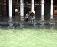 Venedig högt vatten på den Rialto marknaden Fotografering för Bildbyråer