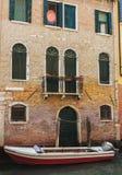 Venedig-Haus mit Boot Stockfotos