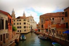 Venedig horisont och kyrka av helgonet Raphael Angel i Venedig, Italien Denna kyrka var en av de åtta kyrkorna som in grundades Royaltyfria Bilder