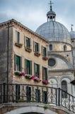 Venedig hus och kyrka Royaltyfria Bilder