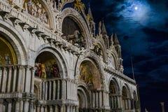 Venedig i Italien på natten arkivbild