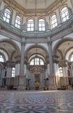 Venedig - inomhus av kyrkliga Santa Maria della Salute Arkivbilder