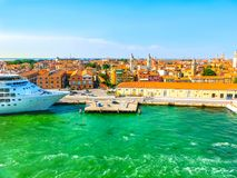 Venedig, Italien - abstraktes Kreuzfahrtschiff koppelte am Hafen an Lizenzfreies Stockbild