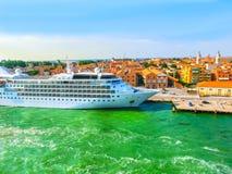Venedig, Italien - abstraktes Kreuzfahrtschiff koppelte am Hafen an Stockbild