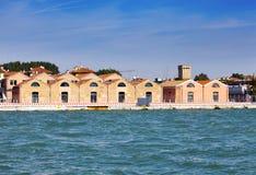 Venedig, Italien Alte Industriebauten auf der Bank des Kanals Lizenzfreies Stockfoto