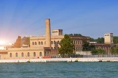 Venedig, Italien Alte Industriebauten auf der Bank des Kanals Lizenzfreie Stockfotos