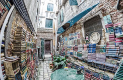 VENEDIG, ITALIEN - 7. APRIL 2014: Alte Bücher von Buchhandlung Acqua Alta Stockbild