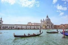 VENEDIG ITALIEN - APRIL 02, 2017: Stor kanal på basilikan Santa Maria della Salute Royaltyfria Bilder