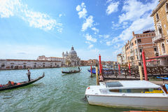 VENEDIG ITALIEN - APRIL 02, 2017: Stor kanal på basilikan Santa Maria della Salute Arkivbilder