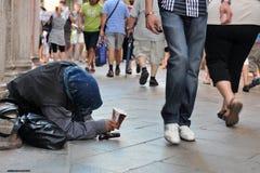 Venedig, Italien am 9. August 2011: Ältere Arme, die um Geld in den Straßen bitten Lizenzfreies Stockfoto