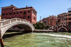 VENEDIG, ITALIEN - 21. AUGUST 2016: Ansicht über das Stadtbild und die reizende Brücke auf dem Kanal von Venedig am 21. August 20 Stockfotografie