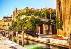 VENEDIG, ITALIEN - 21. AUGUST 2016: Ansicht über das Stadtbild und die reizende Brücke auf dem Kanal von Venedig am 21. August 20 Stockfoto