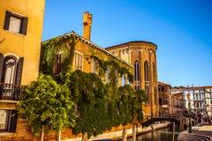 VENEDIG, ITALIEN - 21. AUGUST 2016: Ansicht über das Stadtbild und die reizende Brücke auf dem Kanal von Venedig am 21. August 20 Stockbild