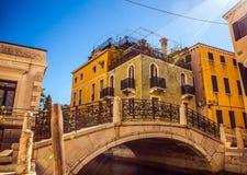 VENEDIG, ITALIEN - 21. AUGUST 2016: Ansicht über das Stadtbild und die reizende Brücke auf dem Kanal von Venedig am 21. August 20 Lizenzfreie Stockbilder