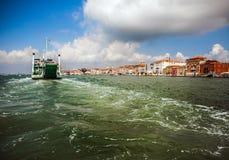 VENEDIG, ITALIEN - 20. AUGUST 2016: Ansicht über das Stadtbild von Grand Canal und von Inseln der venetianischen Lagune am 20. Au Lizenzfreie Stockbilder