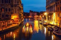 VENEDIG, ITALIEN - 21. AUGUST 2016: Berühmte Architekturmonumente, alte Straßen und Fassaden von alten mittelalterlichen Gebäuden Lizenzfreie Stockfotos