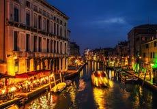 VENEDIG, ITALIEN - 21. AUGUST 2016: Berühmte Architekturmonumente, alte Straßen und Fassaden von alten mittelalterlichen Gebäuden Stockfotos