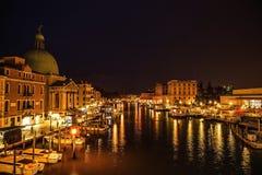 VENEDIG, ITALIEN - 21. AUGUST 2016: Berühmte Architekturmonumente, alte Straßen und Fassaden von alten mittelalterlichen Gebäuden Stockfoto