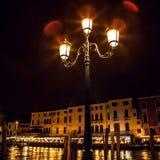 VENEDIG, ITALIEN - 21. AUGUST 2016: Berühmte Architekturmonumente, alte Straßen und Fassaden von alten mittelalterlichen Gebäuden Lizenzfreies Stockfoto