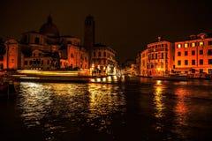 VENEDIG, ITALIEN - 21. AUGUST 2016: Berühmte Architekturmonumente, alte Straßen und Fassaden von alten mittelalterlichen Gebäuden Lizenzfreies Stockbild