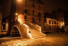 VENEDIG, ITALIEN - 21. AUGUST 2016: Berühmte Architekturmonumente, alte Straßen und Fassaden von alten mittelalterlichen Gebäuden Stockfotografie