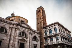 VENEDIG, ITALIEN - 20. AUGUST 2016: Berühmte Architekturmonumente und bunte Fassaden der alten mittelalterlichen Gebäudenahaufnah Lizenzfreies Stockbild