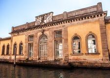 VENEDIG, ITALIEN - 20. AUGUST 2016: Berühmte Architekturmonumente und bunte Fassaden der alten mittelalterlichen Gebäudenahaufnah Lizenzfreie Stockbilder