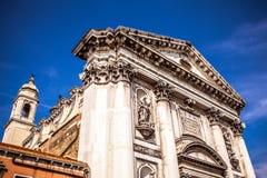 VENEDIG, ITALIEN - 18. AUGUST 2016: Berühmte Architekturmonumente und bunte Fassaden der alten mittelalterlichen Gebäudenahaufnah Lizenzfreies Stockbild