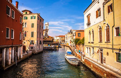 VENEDIG, ITALIEN - 18. AUGUST 2016: Berühmte Architekturmonumente und bunte Fassaden der alten mittelalterlichen Gebäudenahaufnah Lizenzfreies Stockfoto