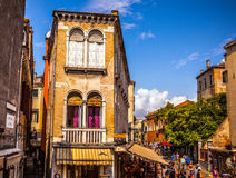 VENEDIG, ITALIEN - 18. AUGUST 2016: Berühmte Architekturmonumente und bunte Fassaden der alten mittelalterlichen Gebäudenahaufnah Stockfoto