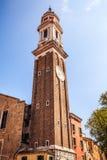 VENEDIG, ITALIEN - 18. AUGUST 2016: Berühmte Architekturmonumente und bunte Fassaden der alten mittelalterlichen Gebäudenahaufnah Lizenzfreie Stockfotos